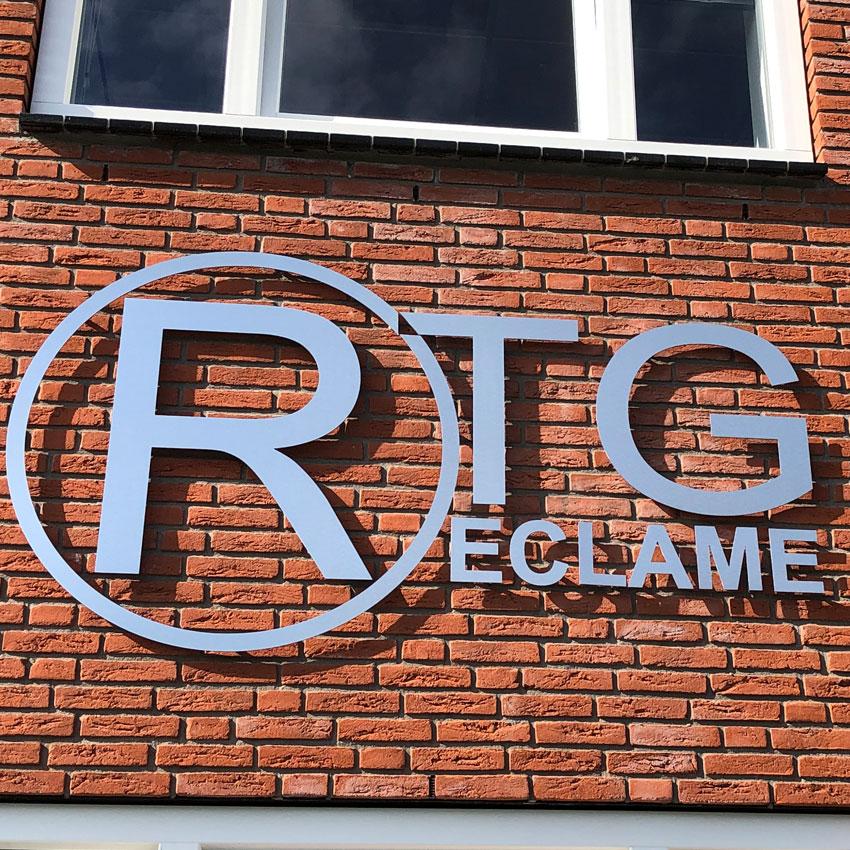 Voorbeeld van dibond brushed aluminium logo. Ontwerp en realisatie RTG Reclame